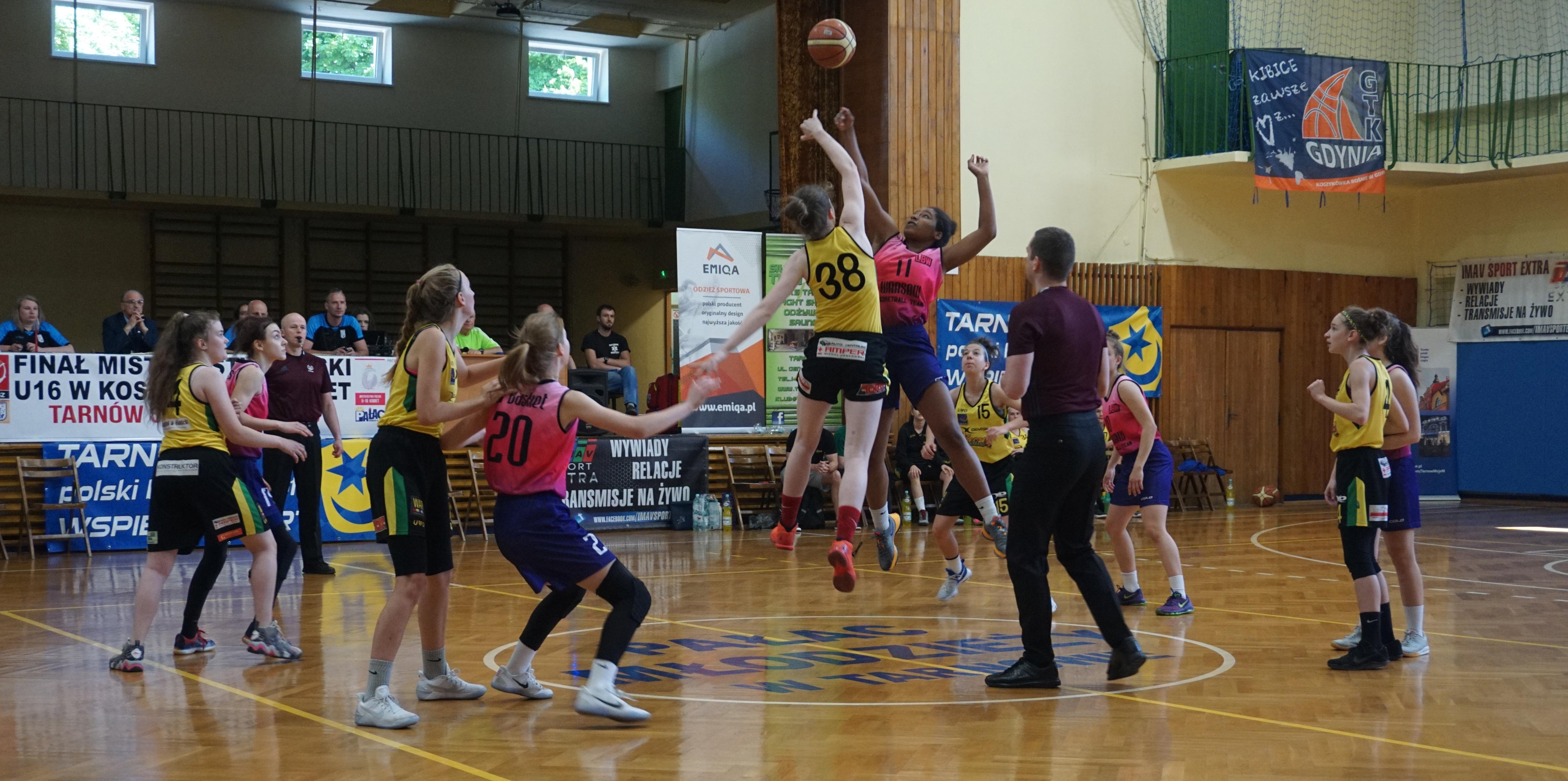 56e5055d7 W Tarnowie, w hali widowiskowo – sportowej Pałacu Młodzieży, od środy  trwają rozgrywki Finału Mistrzostw Polski U16 w koszykówce kobiet.